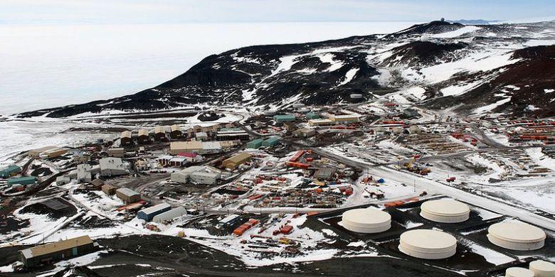 Stasiun McMurdo di Antartika, salah satu lokasi stasiun penelitian terbesar di Antartika dan pusat keramaian.