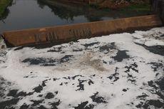Busa Putih Muncul di Kanal Banjir Timur, Petugas Sebut Biasa Terjadi Saat Kemarau