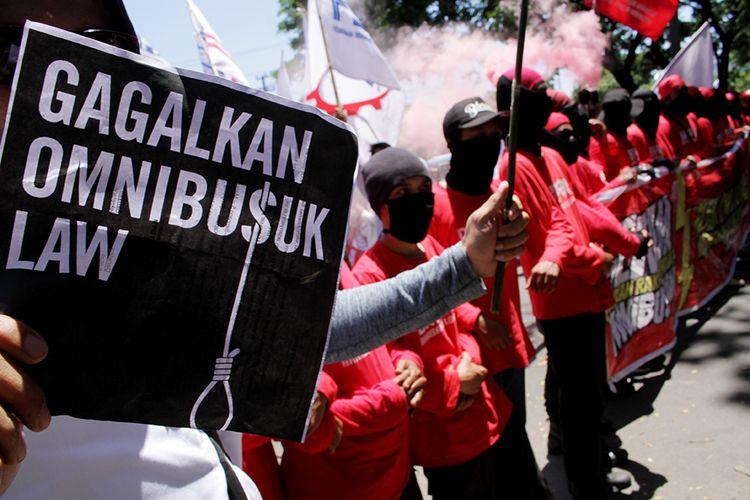 Sejumlah buruh dan mahasiswa yang tergabung dalam Gerakan Rakyat Menolak (GERAM) melakukan aksi unjuk rasa di Makassar, Sulawesi Selatan, Rabu (11/3/2020). Dalam aksinya mereka menolak Rancangan Undang-Undang (RUU) Omnibus Law Cipta Kerja yang dinilai merugikan kaum buruh.