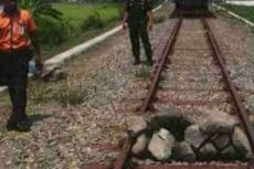 Seperti Film Koboi, Rel yang Dilintasi KA Solo-Wonogiri Dihadang Tumpukan Batu