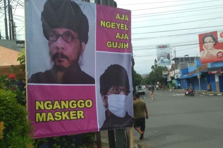 Banner berisi ajakan menaati protokol kesehatan yang sebelumnya terpasang di salah satu titik di Purwokerto, Kabupaten Banyumas, Jawa Tengah.