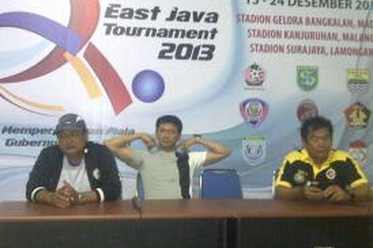 Pelatih Sriwijaya FC, Subangkit (kanan) dan Pelatih Arema Cronus Indonesia, Suharno (kini) saat jumpa pers, usai Arema melawan Sriwijaya FC dalam laga Piala Gubernur, si Satadion Kanjuruhan, Kabupaten Malang, Senin (16/12/2013).