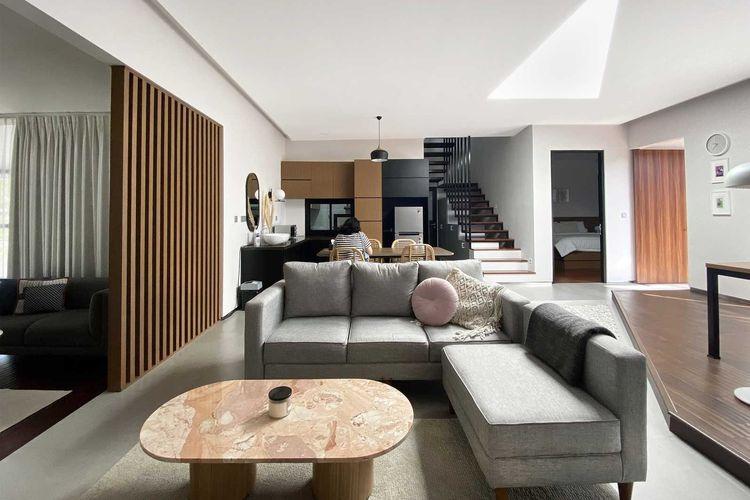 Ruang keluarga tanpa sekat karya Aaksen Responsible Aarchitecture