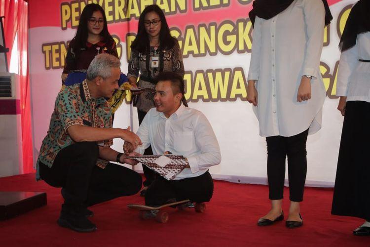 Gubernur Jawa Tengah Ganjar Pranowo memberikan SK CPNS kepada Mohamad Hikmat, peyandang disabilitas,  di Kota Semarang, Jumat (29/3/2019).