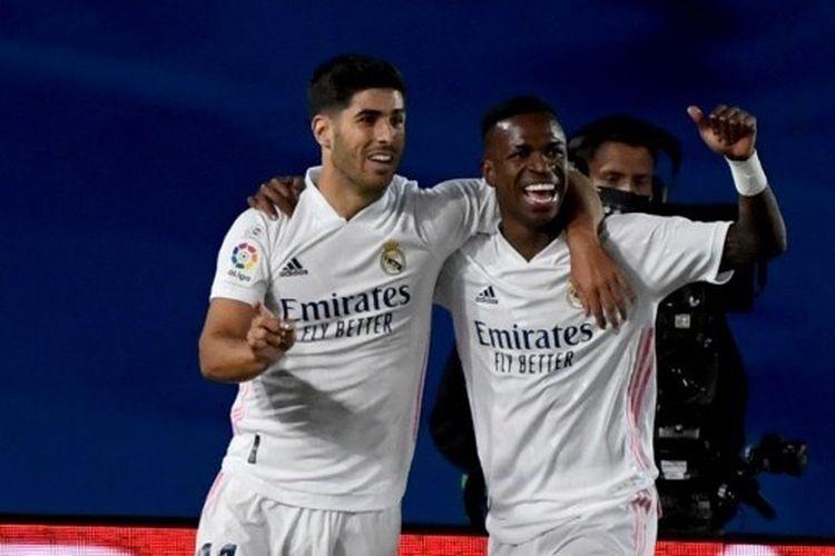 Pemain Real Madrid Vinicius Junior (kanan) melakukan selebrasi bersama Marco Asensio (kiri) usai mencetak gol ke gawang Real Valladolid pada laga lanjutan Liga Spanyol 2020-2021 di Stadion Alfredo Di Stefano, Rabu (30/9/2020) atau Kamis dini hari WIB.