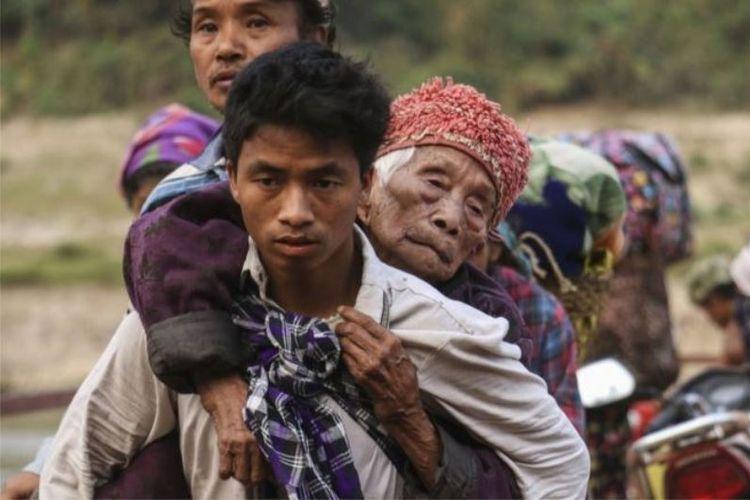 Foto ini diambil pada Kamis (26/4/2018) menunjukkan warga Kachin yang terlantar menyeberangi sungai Malikha untuk menyelamatkan diri dari pertempuran di desa Injanyan dekat Myitkyina, Myanmar. (AFP/Zau Ring Hprara)