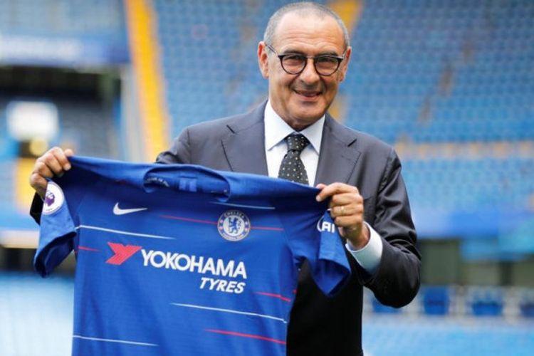 Maurizio Sarri berpose dengan kostum Chelsea saat diperkenalkan sebagai pelatih baru The Blues di Stamford Bridge, London, 18 Juli 2018.