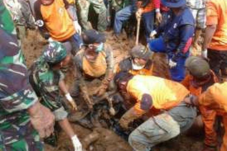 Gabungan tim SAR dilokasi pencarian korban longsor di dusun Caok/Karangrejo dan desa Donorati, Purworejo, Selasa (21/6/2016) sekira pukul 08.54 kembali menemukan 3 korban tewas.