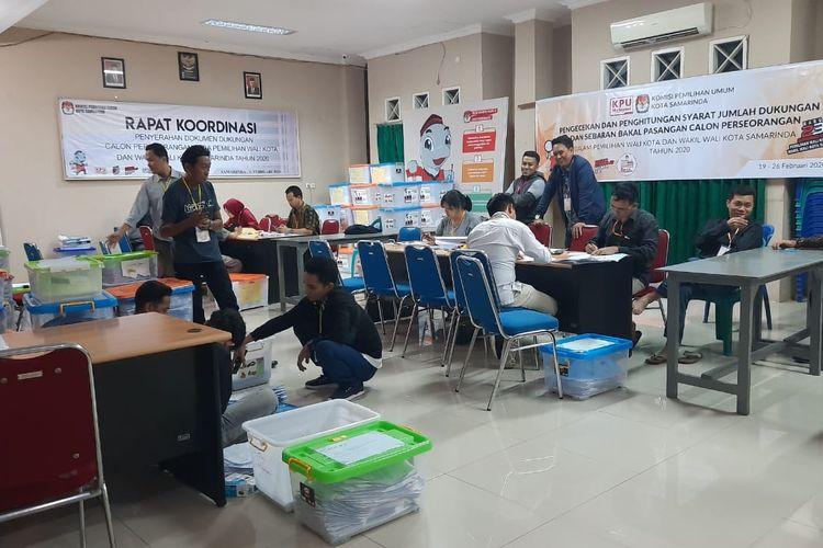 Tim KPU Samarinda sedang memeriksa syarat dukungan calon independen di Kantor KPU Samarinda Jalan Juanda, Samarinda, Kalimantan Timur, Minggu (23/2/2020).