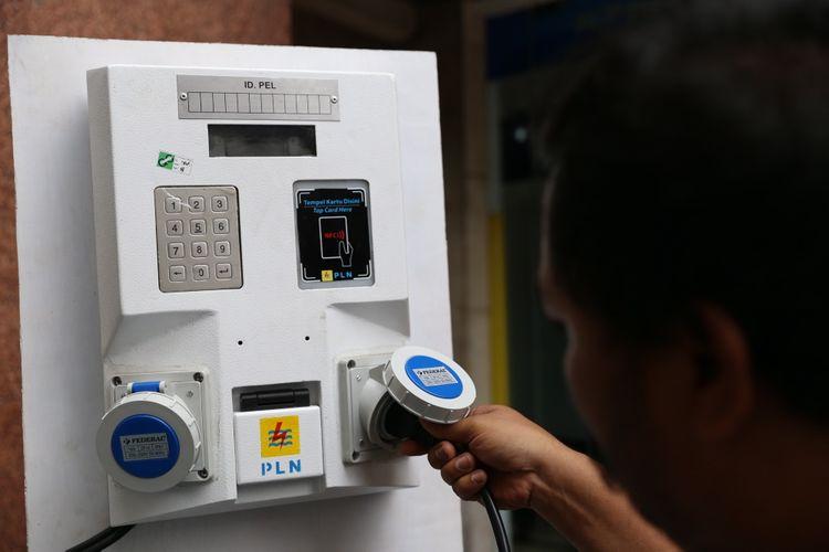Pengunjung menguji Stasiun Penyedia Listrik Umum (SPLU) saat diluncurkan di Kantor PLN Disjaya, Gambir, Jakarta Pusat, Kamis (14/12/2017). PLN Distribusi Jakarta Raya (Disjaya) menargetkan 1000 SPLU (Stasiun penyedia listrik umum) untuk mempemudah kebutuhan listrik masyarakat di tempat umum.