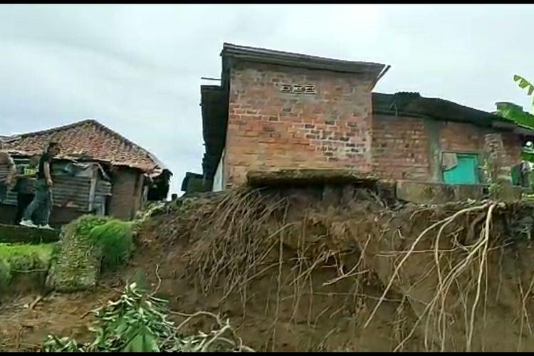 Sebuah rumah yang berada di sisi Sungai Enim di Muara Enim nyaris ambruk karena tanah di bawahnya longsor terkena abrasi. Warga berharap ada upaya pengedaman agar abrasi tidak terus terjadi.