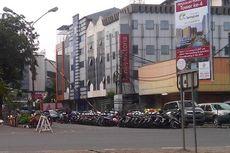 Parkir Liar di Bahu Jalan Masih Marak di Kelapa Gading