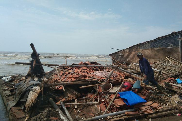 Seorang warga tengah membenahi rumah di Dusun Cemara 1, Desa Cemarajaya, Kecamatan Cibuaya, Kabupaten Karawang, Jumat (5/6/2020).