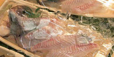 Toko ikan Matsusyo di pusat perbelanjaan Akashi Uonotana Shotengai di Kota Akashi, Prefektur Hyogo, Jepang tidak sungkan-sungkan memberitahukan cara menikmati atau memasak ikan buat pembelinya.