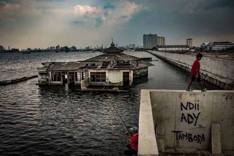 Sekitar 40 persen wilayah di Jakarta sekarang berada di bawah permukaan laut. (The New York Times)