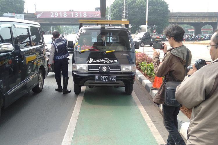 salahsatu pengedara mobil yang ditilang di jalur sepeda, kawasan Fatmawati, Jakarta Selatan, Selasa (26/11/2019)