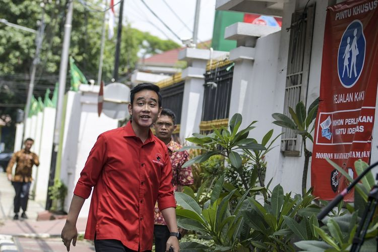 Bakal Calon Wali Kota Solo, Gibran Rakabuming Raka tiba di Kantor DPP PDI-P, Menteng, Jakarta, Senin (10/2/2020). Gibran datang untuk menjalani fit and proper test atau uji kelayakan dan kepatutan sebelum maju menjadi calon Wali kota pada Pilkada Solo 2020. ANTARA FOTO/Galih Pradipta/ama.