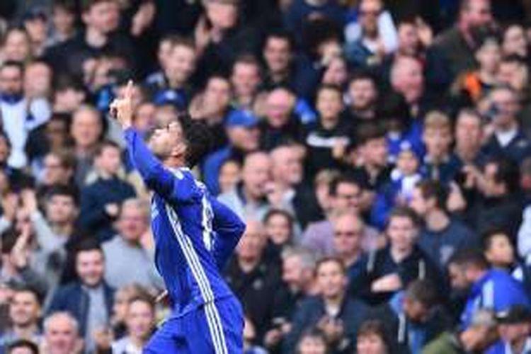 Penyerang Chelsea, Diego Costa, merayakan golnya seusai membobol gawang Leicester City pada pertandingan lanjutan Premier League di Stamford Bridge, Sabtu (15/10/2016).