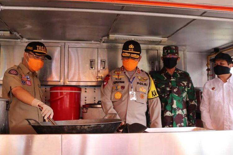 Mantan Kapolda Bengkulu, Irjen (Pol) Supratman, di sela-sela kunjungan ke dapur umum