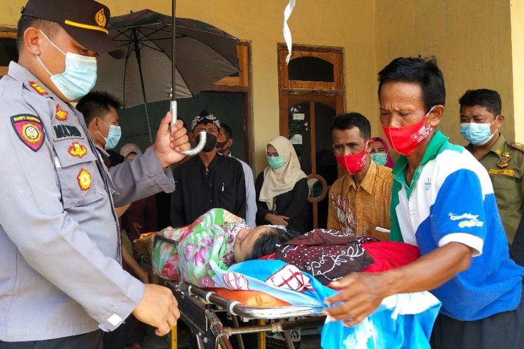 Siswi korban penyiraman air keras oleh petugas dirujuk ke RSUD Brebes dari Kediamannya di Desa Sisalam, Kecamatan Wanasari Brebes, Kamis (18/3/2021) (Dok. Humas Brebes)