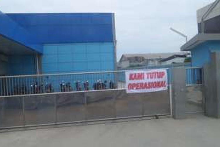 Sejumlah pelaku usaha di Pelabuhan Muara Baru, Penjaringan, Jakarta Utara mogok kerja. Mereka keberatan dengan kebijakan Perum Perindo yang menaikan tarif sewa lahan di Muara Baru, Senin (10/10/2016).