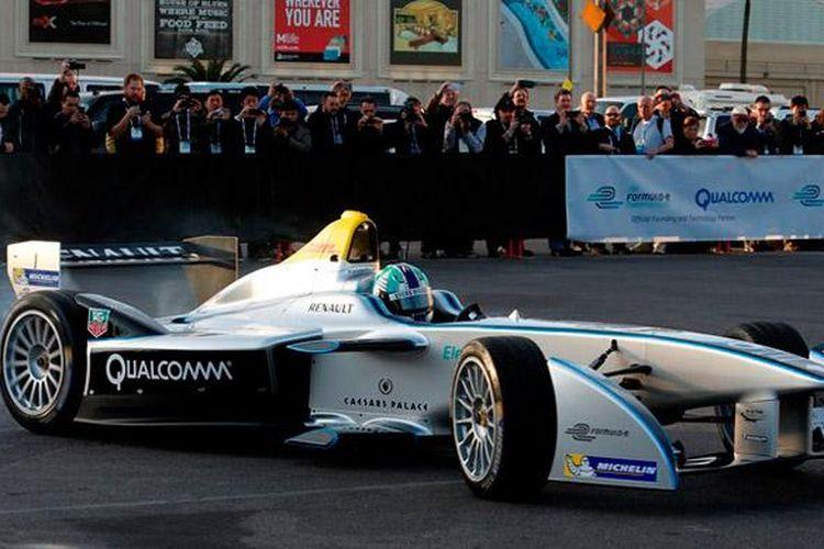 Mobil balap Formula E dikendarai Lucas di Grassi, unjuk gigi di depan publik Las Vegas.