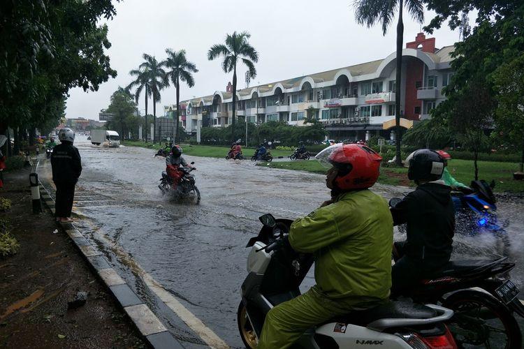 Banjir di Jalan Joglo Raya, Kembangan Jakarta Barat yang melumpuhkan akses jalan, Rabu (1/1/2020)