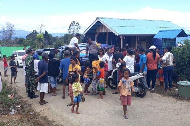 Pengungsi gempa di Desa Waai, Kecamatan Salahutu, Kabuopaten Maluku Tengah masih bertahan di lokasi ketinggian di desa tersebut, Sabtu (5/10/2019)