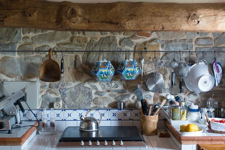 Ilustrasi dapur dengan gaya dekorasi farmhouse.