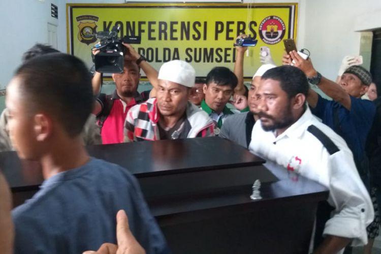jenazah Sofyan (45) sopir taksi online yang menjadi korban perampokan saat diserahkan oleh pihak keluarga di rumah sakit Bhayangkara Palembang, Sumatera Selatan, Jumat (16/11/2018).