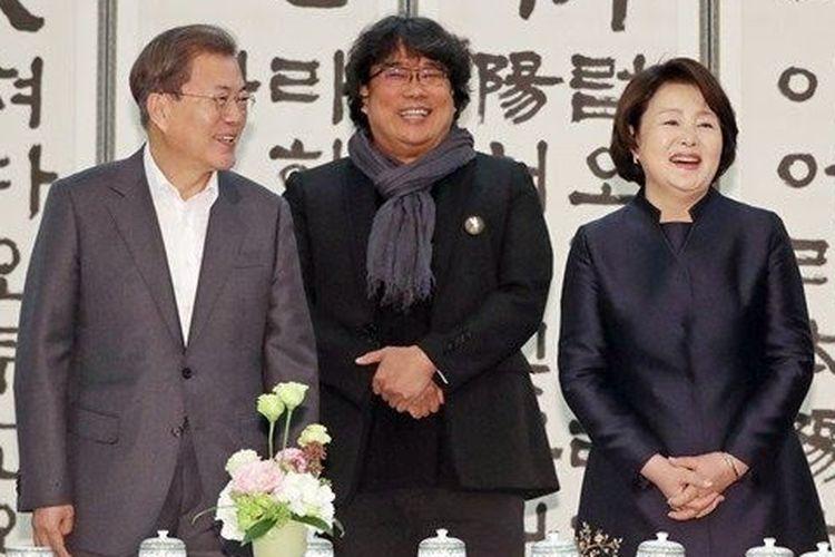 Presiden Moon Jae-in bersama dengan sutradara film Parasite saat jamuan makan pada 20 Februari 2020