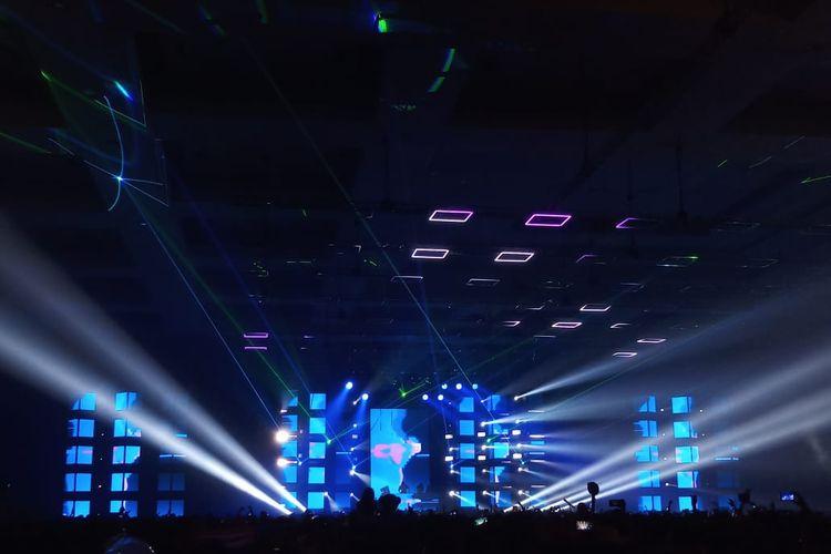Suasana Stage Neon Jungle saat DJ Cash Cash beraksi di Djakarta Warehouse Project (DWP) di JIExpo Kemayoran, Jakarta Pusat, Minggu (14/12/2019) dini hari.
