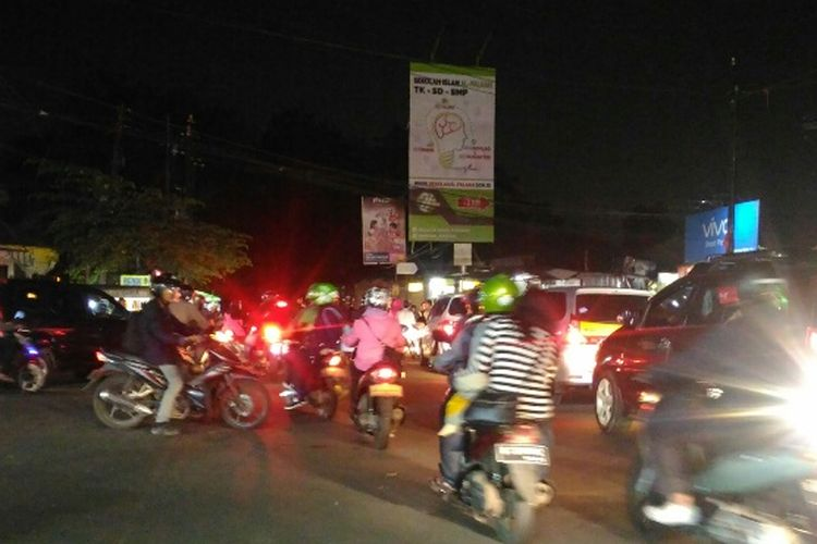 Kondisi lalu lintas di Simpang Duren, Kampung Sawah. Ciputat, Tangsel, Jumat (23/2/2018) malam.