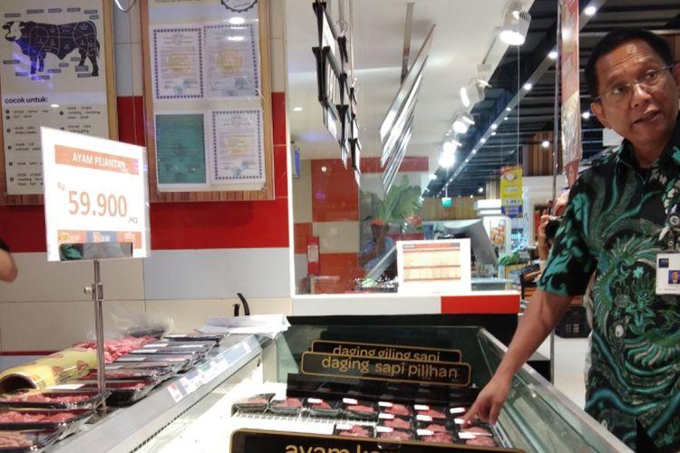 Staf Ahli Bidang Hubungan Internasional Kementerian Perdagangan Dody Edward, saat meninjau pasar swalayan di Kota Kupang, Rabu (18/4/2018)