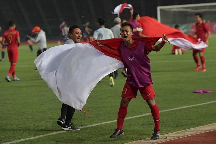 Pemain Timnas U-22 Sani Riski Fauzi membawa Bendera Merah Putih setelah  berhasil memenangi babak final Piala AFF U-22 di Stadion Nasional Olimpiade Phnom Penh, Kamboja, Selasa (26/2/2019). Indonesia menjadi juara setelah mengalahkan Thailand di babak final dengan skor 2-1.