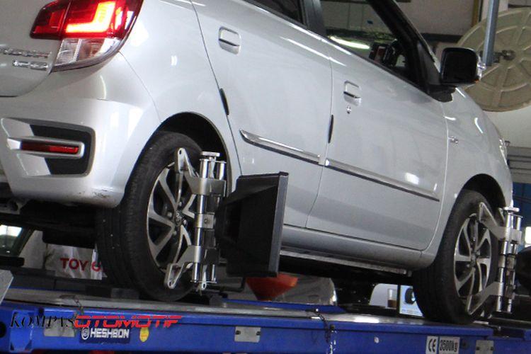 Ilustrasi spooring dan balancing roda mobil