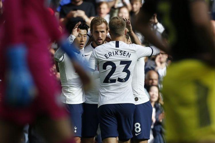 Son Heung-min dan Christian Eriksen menyelamati Harry Kane seusai mencetak gol pada pertandingan Tottenham vs Southampton di Stadion Tottenham Hotspur dalam lanjutan Liga Inggris, 28 September 2019.