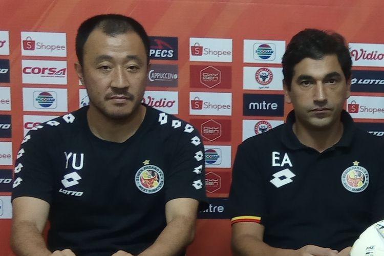 Yu dan Eduardo Almeida saat jumpa pers Semen Padang melawan Persija