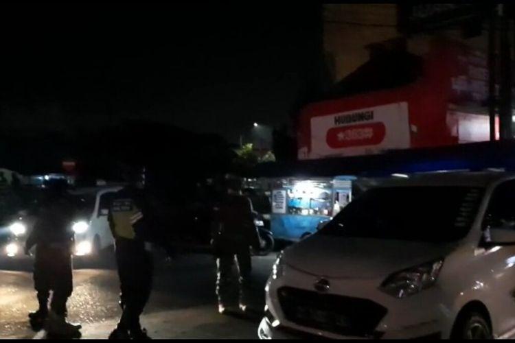 Petugas Tim Gugus Tugas Covid-19 Kota Tasikmalaya, sedang membubarkan paksa remaja nongkrong yang bergerombol di Salah satu Jalan Perkotaan Tasikmalaya, Rabu (12/8/2020) dini hari tadi.