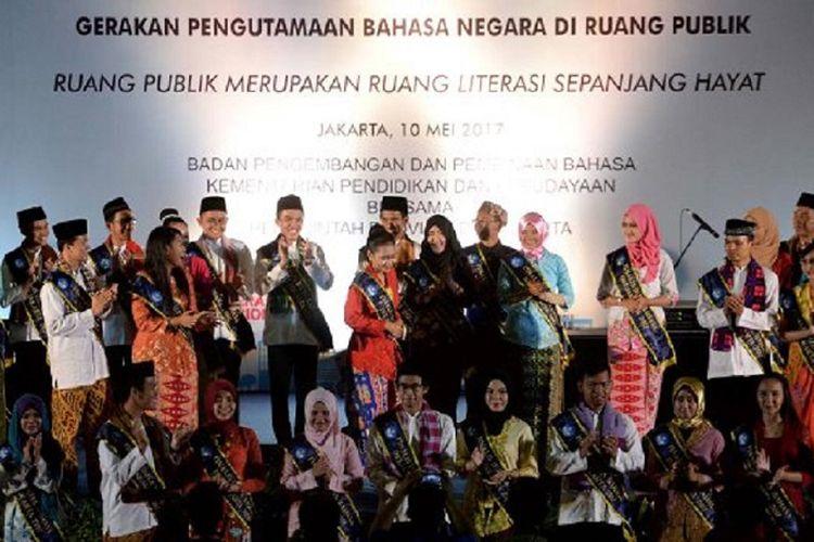 Para Finalis Duta Bahasa DKI Jakarta tahun 2017 mengikuti kegiatan Deklarasi Pengutamaan Bahasa Negara di Ruang Publik di Gelora Olahraga Soemantri Brodjonegoro, Karet Kuningan, Jakarta, Rabu (10/5). Kegiatan tersebut juga diikuti oleh 1.500 orang yang terdiri atas warga sekolah, tokoh masyarakat, dan juga pemerintahan.