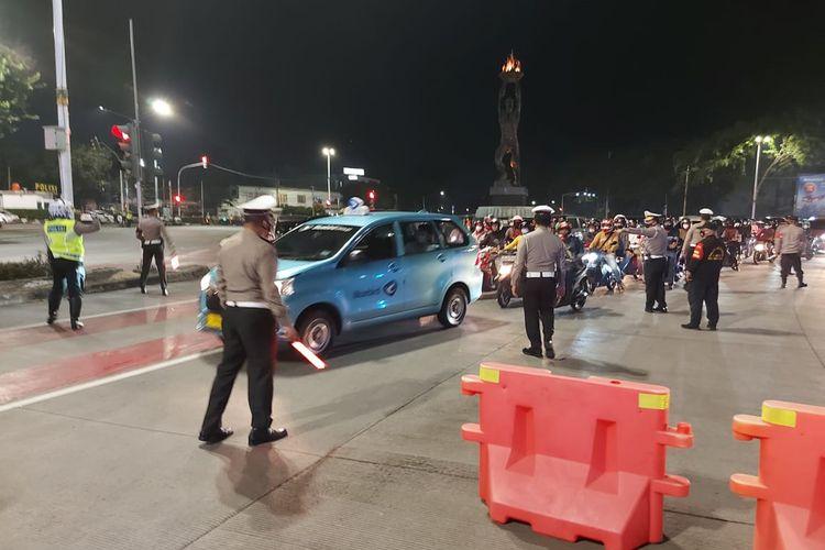 Kegiatan filterisasi dan penindakan pemotor dengan knalpot bising di Bundaran Senayan, Jakarta oleh Direktorat Lalu Lintas Polda Metro Jaya pada Sabtu (13/3/2021) malam.