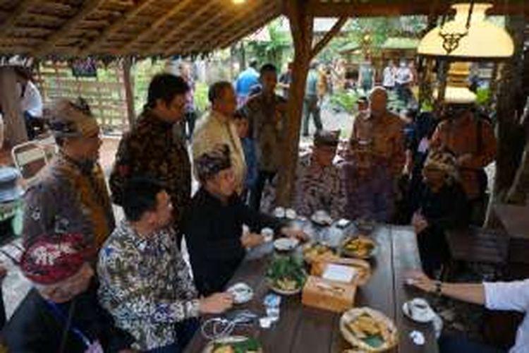 Wapres Jusuf Kalla saat berkunjung ke Sanggar Genjah Arum Kemiren di Kabupaten Banyuwangi, Jawa Timur, dan menikmati kopi, Kamis (15/12/2016).