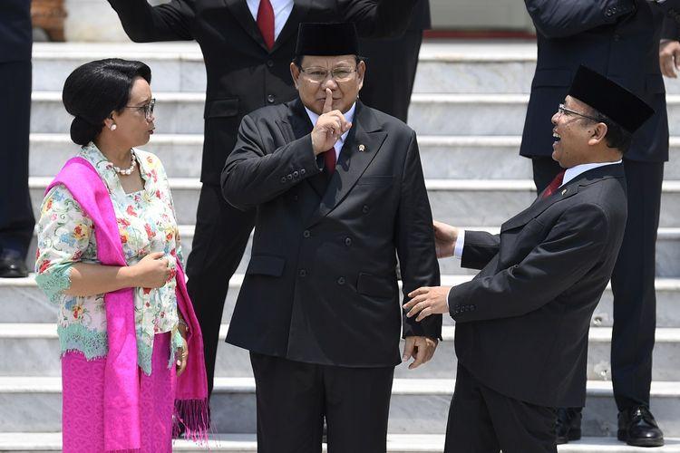 Menteri Luar Negeri Retno Marsudi (kiri) berbincang dengan Menteri Pertahanan Prabowo Subianto (tengah) dan Mensesneg Pratikno sebelum sesi foto bersama Kabinet Indonesia Maju di beranda Istana Merdeka, Jakarta, Rabu (23/10/2019). ANTARA FOTO/Puspa Perwitasari/foc.