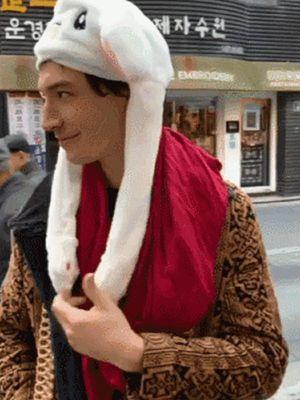Aktor pemeran The Flash, Ezra Miller, memakai topi telinga kelinci.