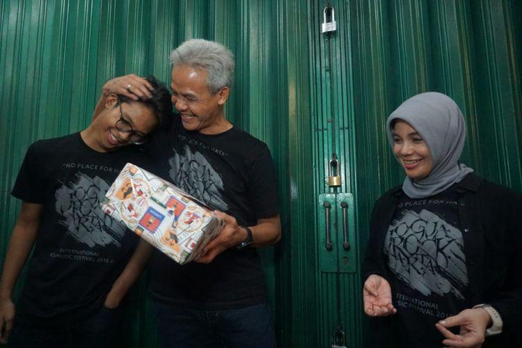 Gubernur Jawa Tengah Ganjar Pranowo saat menerima kejutan ulang tahunnya yang ke 50 dari sang putra Muhammad Zinedine Alam Ganjar dan istri Siti Atikoh Ganjar Pranowo di sebuah angkringan di Yogyakarta, Minggu (28/10/2018)