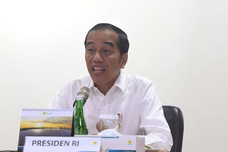 Presiden Joko Widodo memberikan tanggapan saat mendatangi Kantor Pusat PLN, Jakarta, Senin (5/8/2019). Kedatangan Presiden ke PLN untuk meminta penjelasan atas matinya listrik secara massal di sejumlah wilayah.