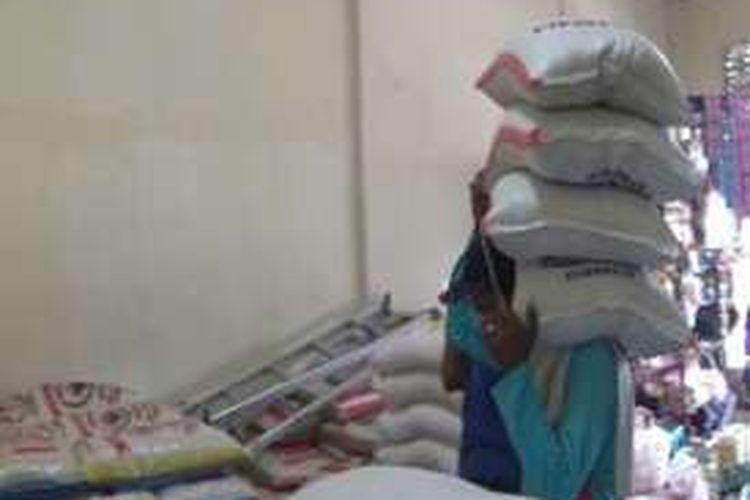 Harga beras di Majene naik hingga Rp 40 ribu poer sak dari harga sebelumnya hanya Rp 260 ribu per sak isi 25 kilogram. Dampak kemmarau panjang menjadi alasna pedagang menaikkan harga beras karena stoknya kurang saat ini.