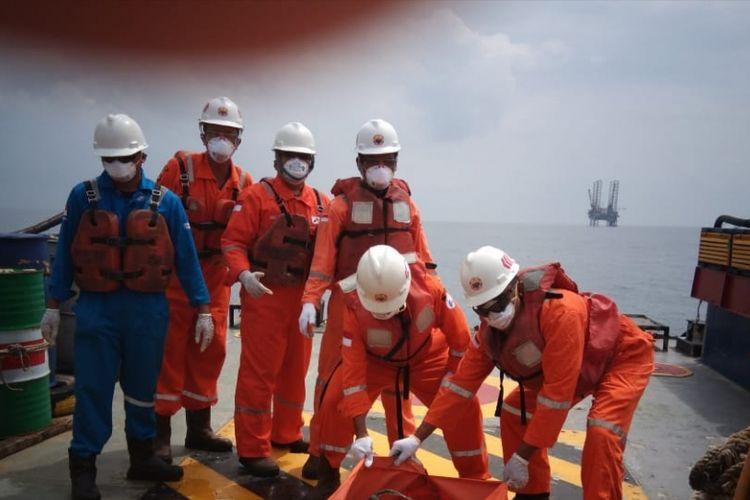 Tim SAR gabungan kembali menemukan satu nelayan asal Indramayu yang hilang akibat Kapal Sinar Laut yang ditumpanginya terbalik di Perairan Sadewa, Karawang, Senin (18/2/2019).