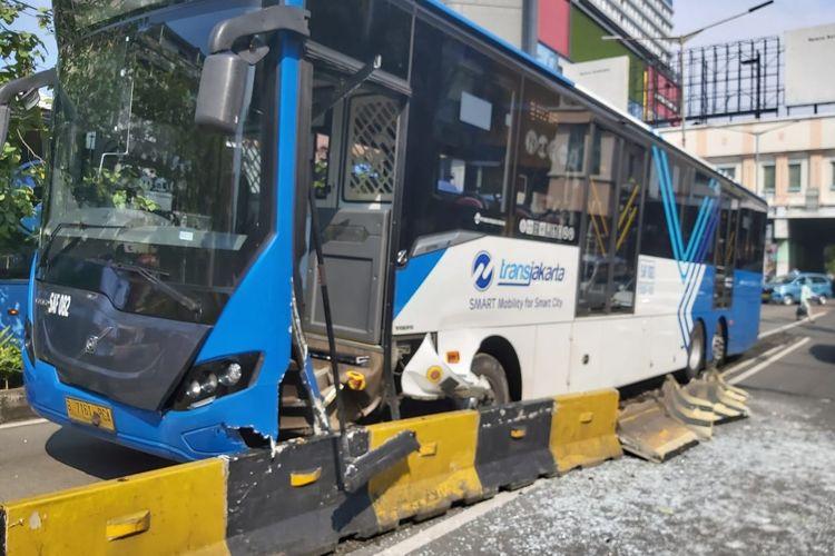 Sebuah bus Transjakarta menabrak pembatas jalan (separator) di kawasan Glodok, Jakarta Barat, pada Sabtu (17/4/2021).