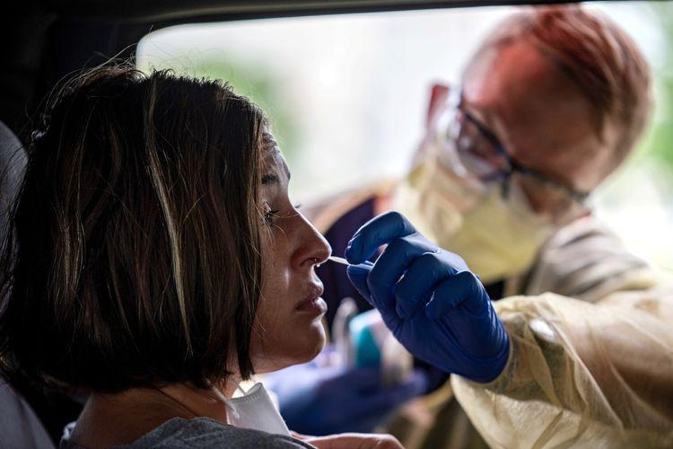 Atealla Betancourt di tes di dalam mobil untuk penyakit virus korona (Covid-19) saat penyebarannya di Austin, Texas, Amerika Serikat, Minggu (28/6/2020).